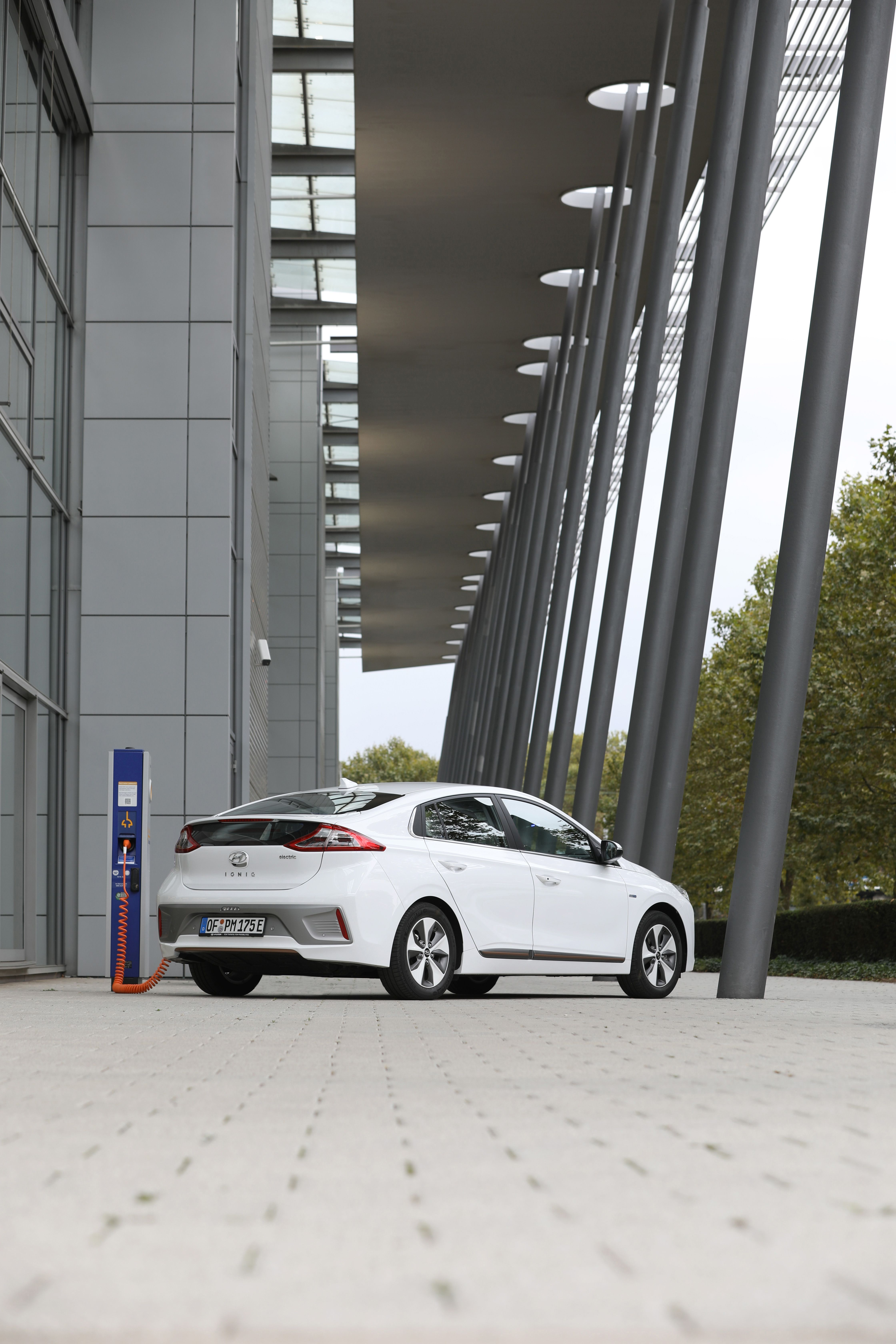 Picture 1: An IONIQ charging in front of the EnBW headquarters in Karlsruhe