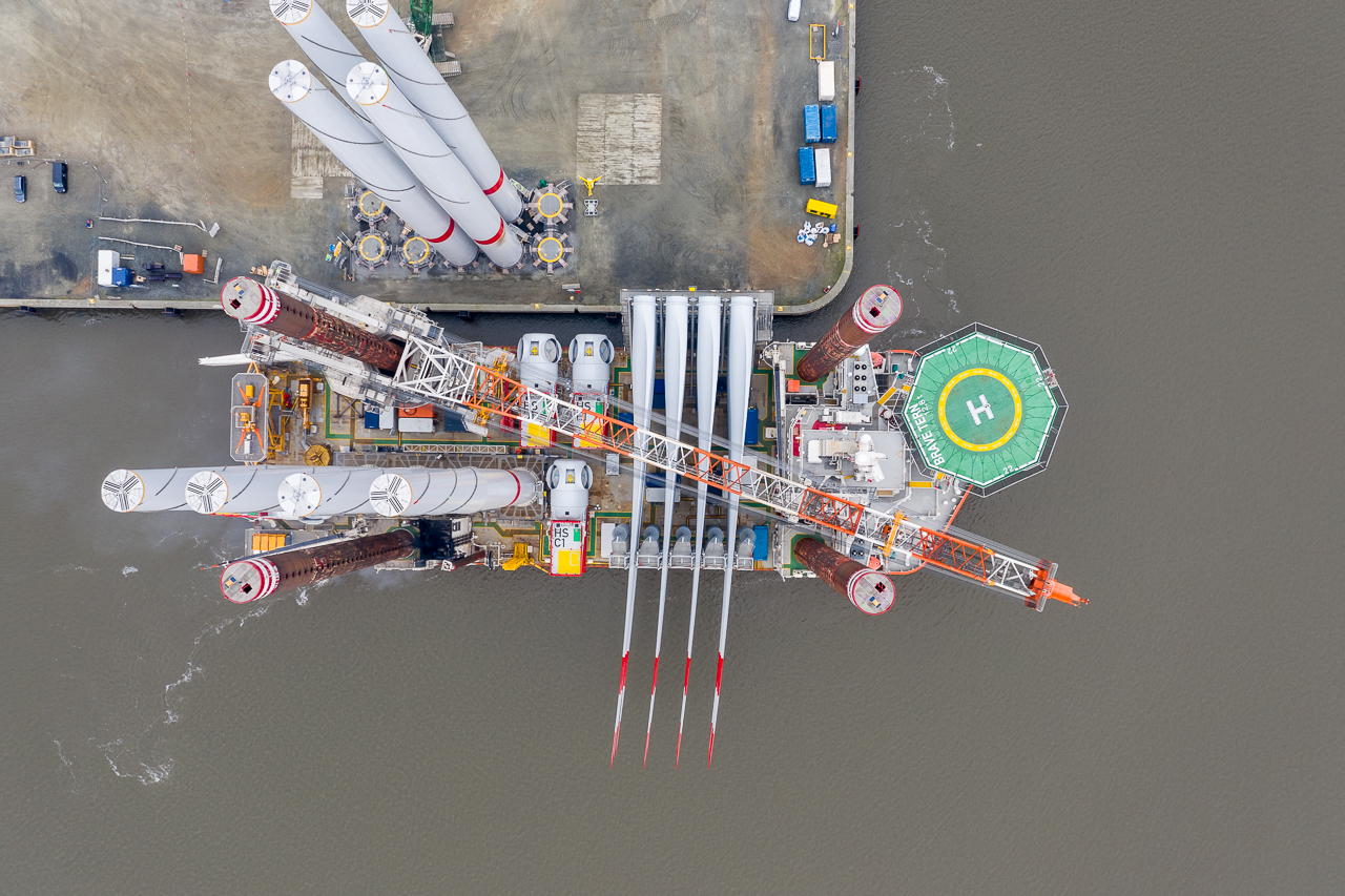 "Loaded with parts for four wind turbines, the installation vessel <u0022>Brave Tern<u0022> is now heading for the EnBW offshore wind farm ""Albatros"" to install the remaining wind turbines. (Source: EnBW)"